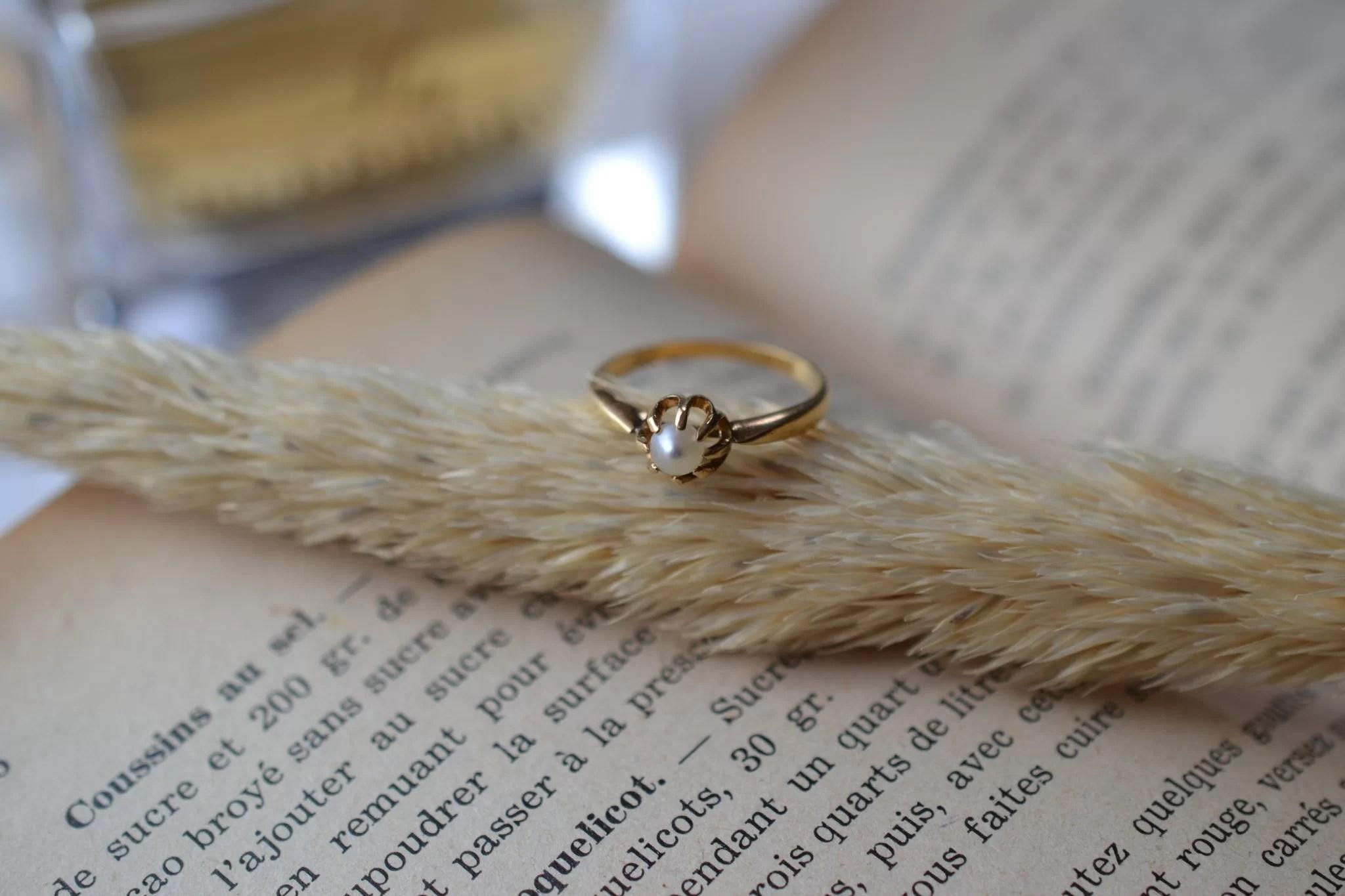 Bague Solitaire en Or jaune griffée d_une perle blanche - bague ancienne
