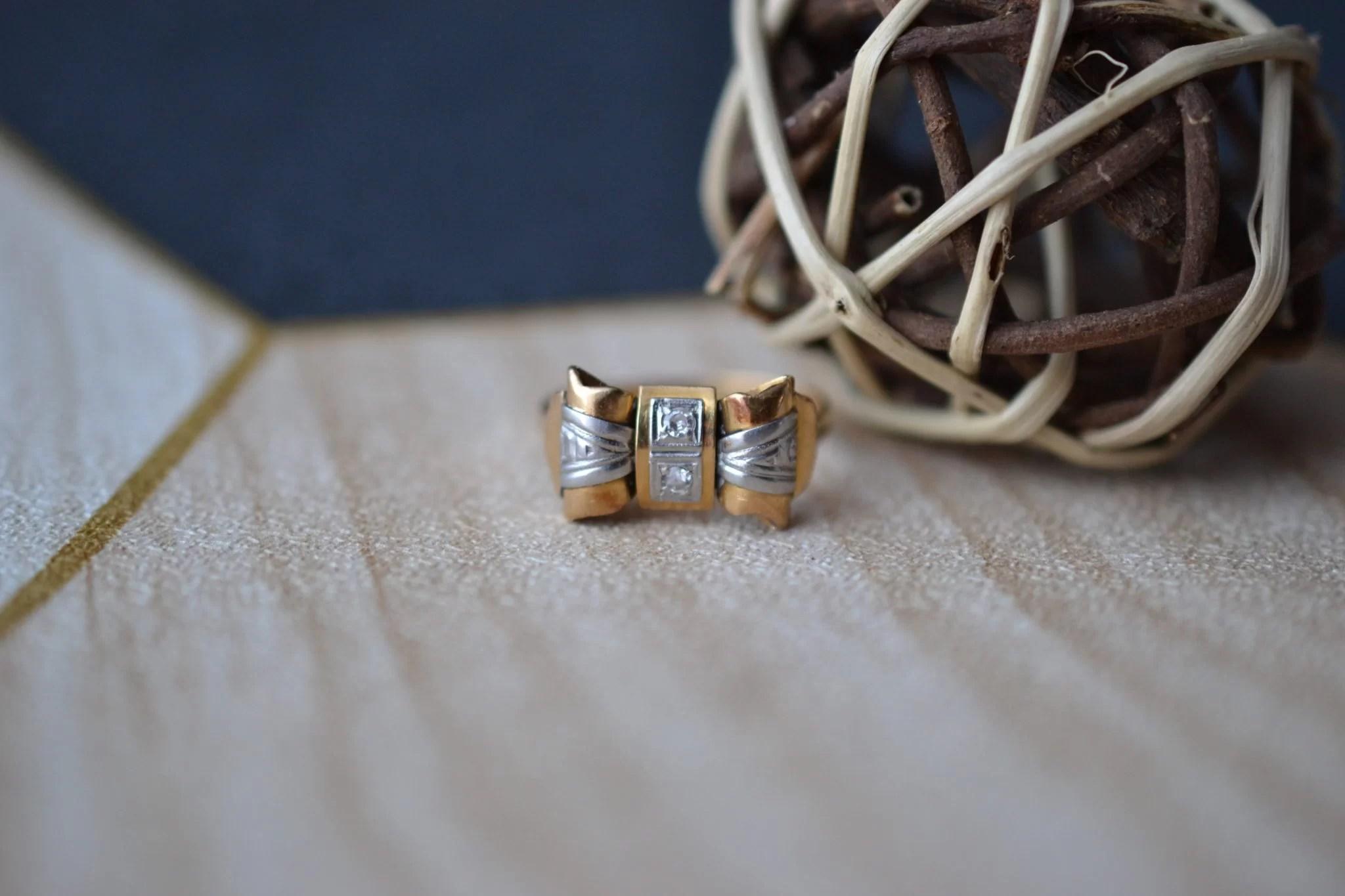 Bague En Or Jaune Et Or Blanc En Forme De Ruban Ou De Nœud, Sertie De 2 Diamants Taille Brillants - Bague Ancienne