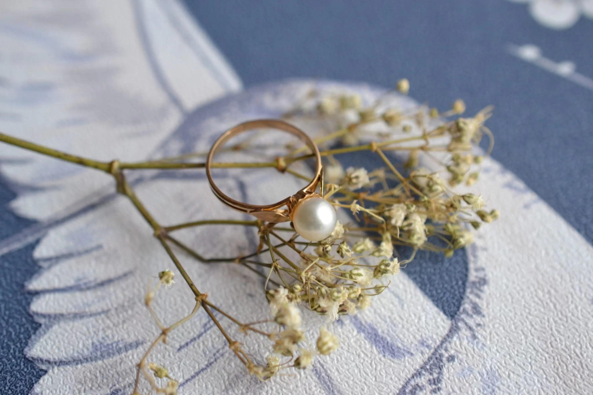 Bague en Or jaune ornée d_une perle - bague de fiançailles Vintage