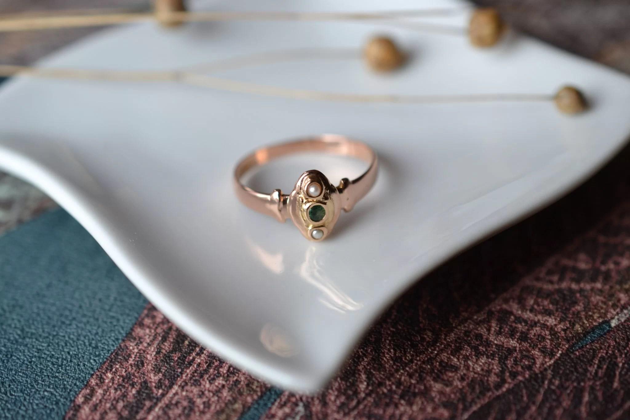 Bague En Or Rose Sertie D_une émeraude Et De Deux Perles Sur Un Décor En Or Jaune - Bague De Fiançailles Vintage