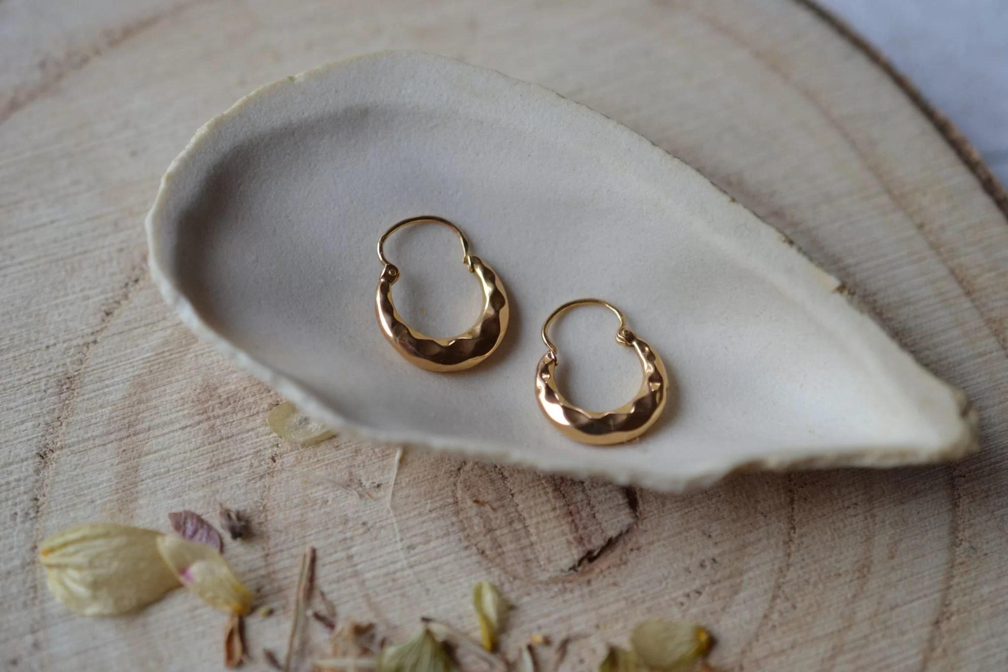 Paire de légères Créoles en Or jaune décorées de facettes - paire de boucles d_oreilles anciennes