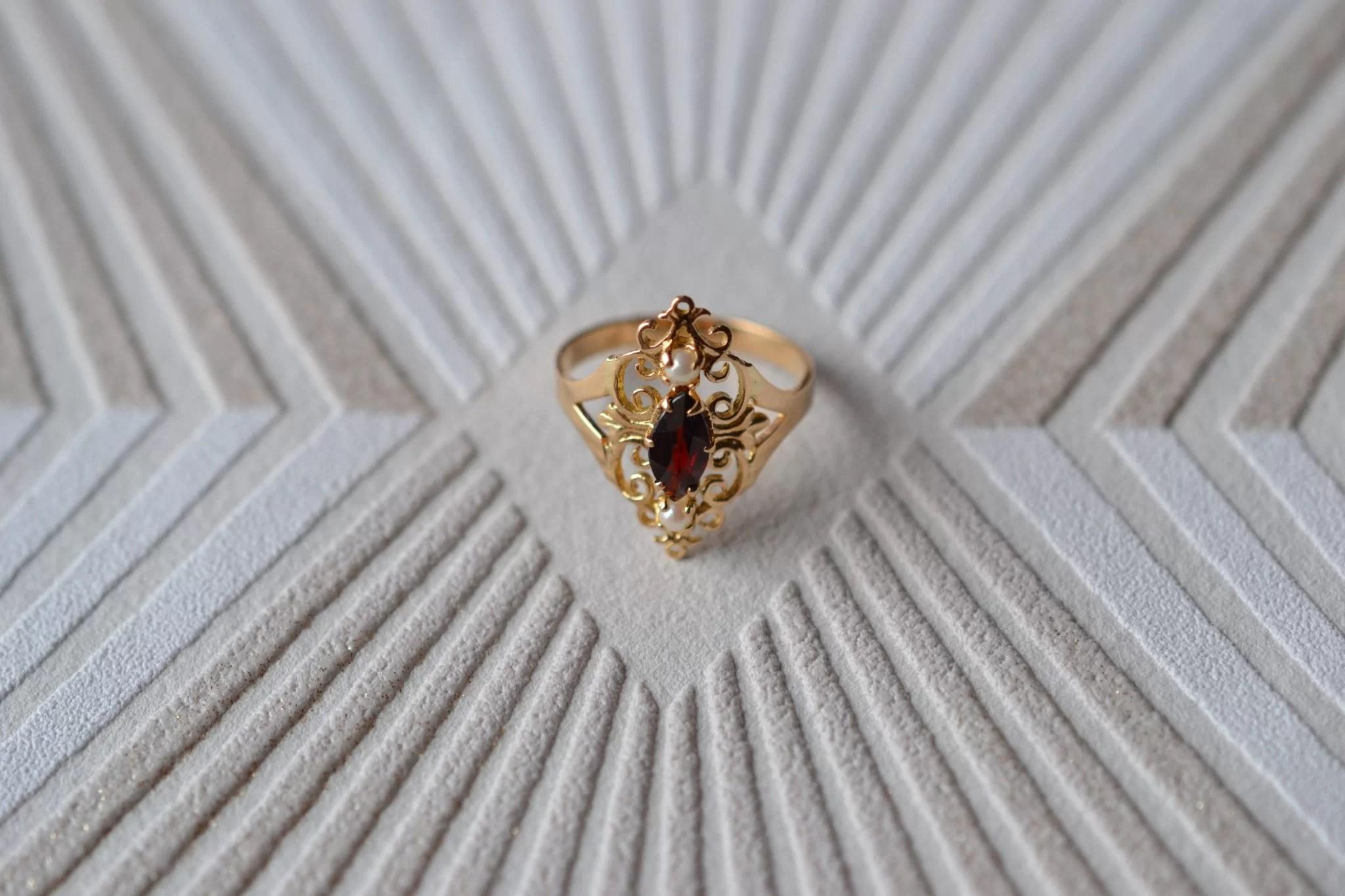 Bague En Or Jaune Ornée D_une Pierre Bordeaux Accompagnée De Deux Perles - Bague De Fiançailles Vintage