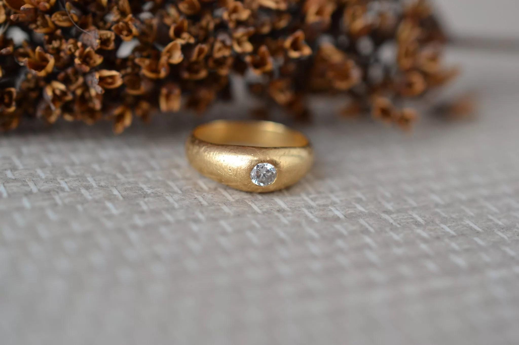 Bague en Or jaune sertie d_un diamant de taille brillant - bague éthique