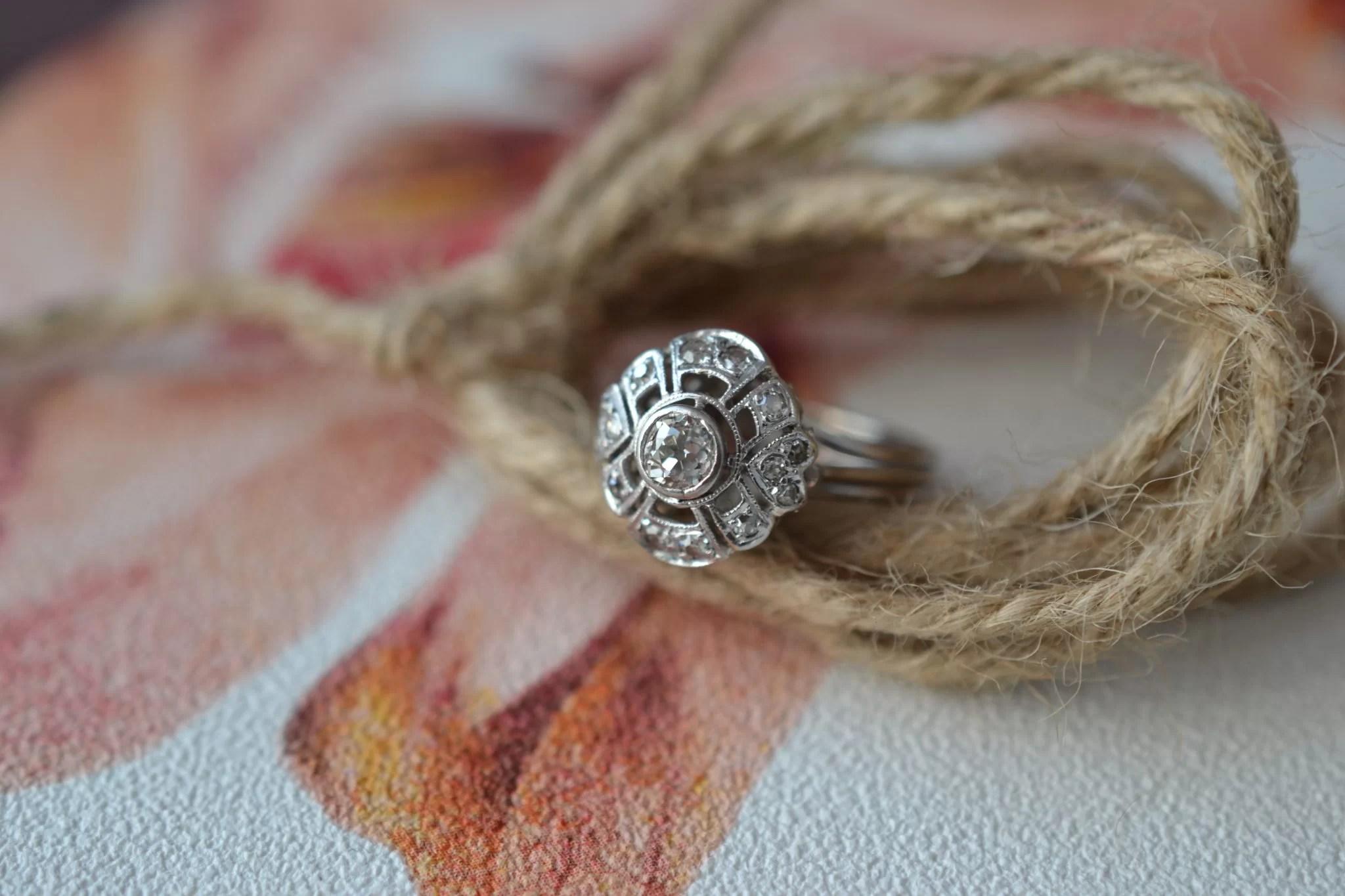 Bague Solitaire En Or Blanc Sertie D_un Diamant Dans Un Entourage De Brillants - Bague Ancienne