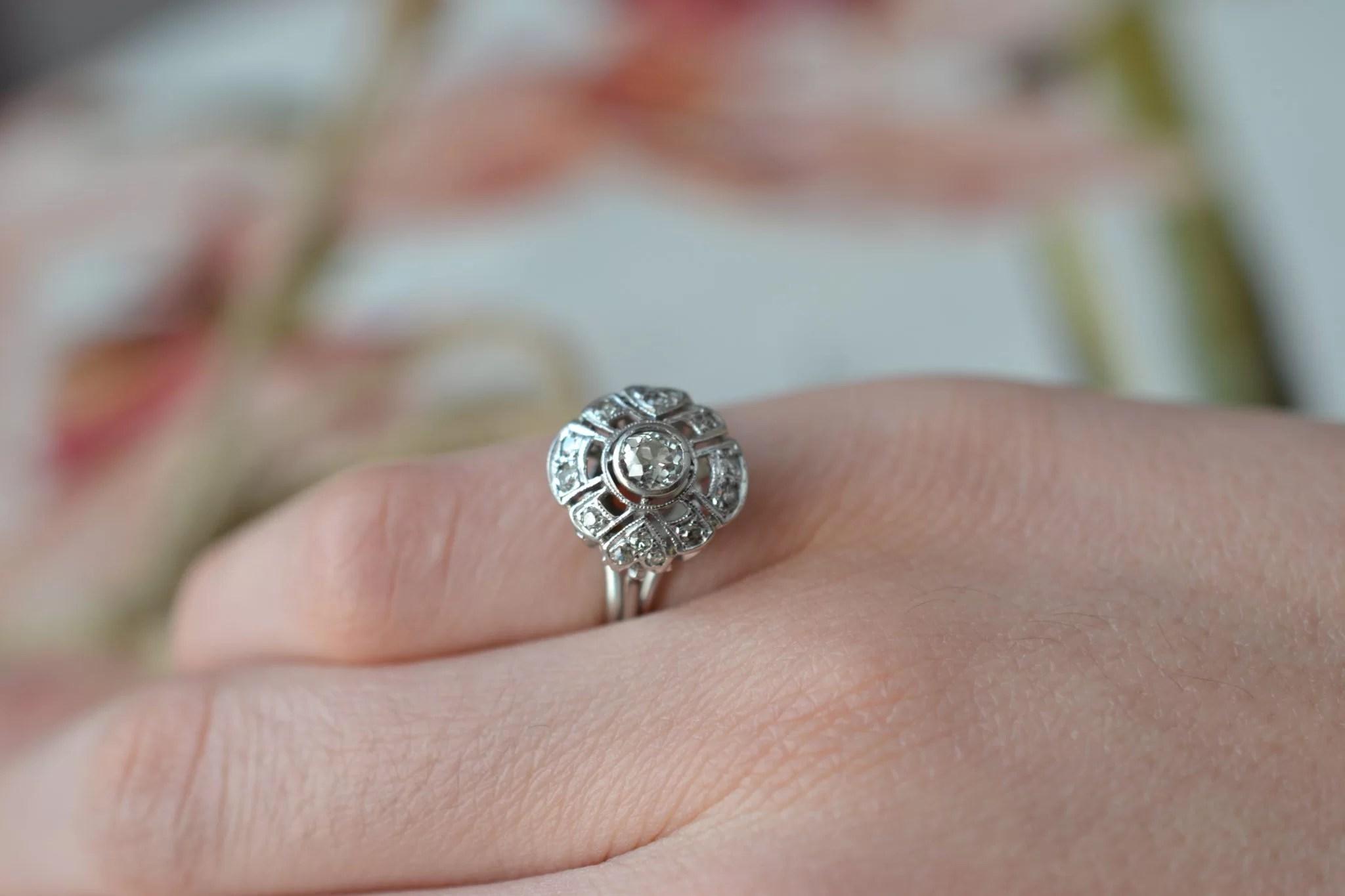 Bague solitaire en Or blanc sertie d_un diamant dans un entourage de brillants - bague pour un mariage éco-responsable