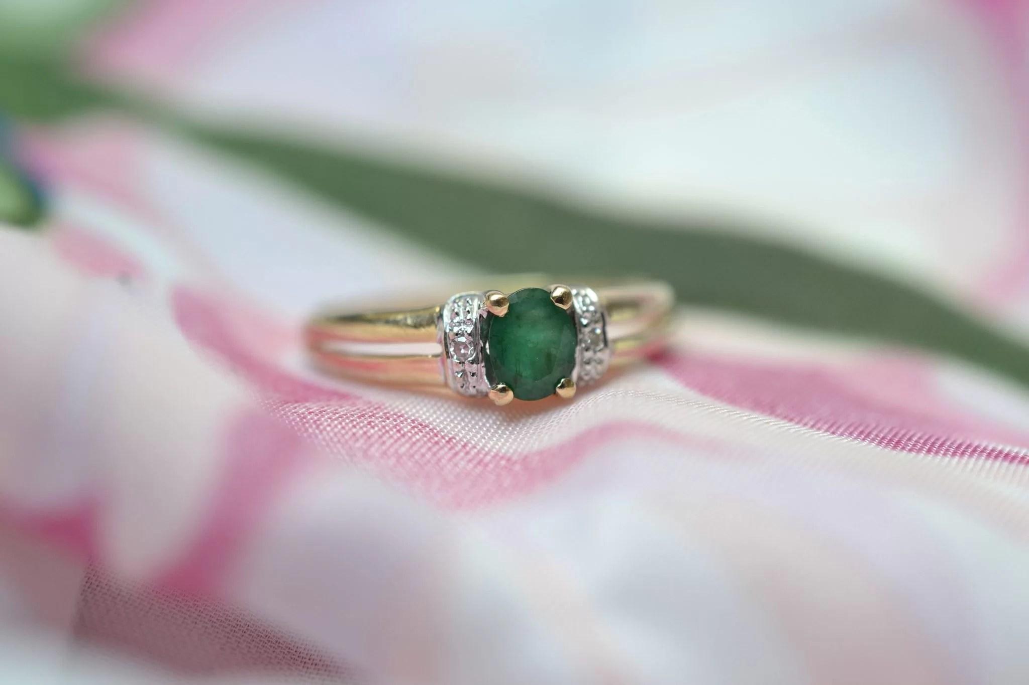 Bague En Or Jaune Et Or Blanc Ornée D'une émeraude Et De Diamants - Bague D_occasion