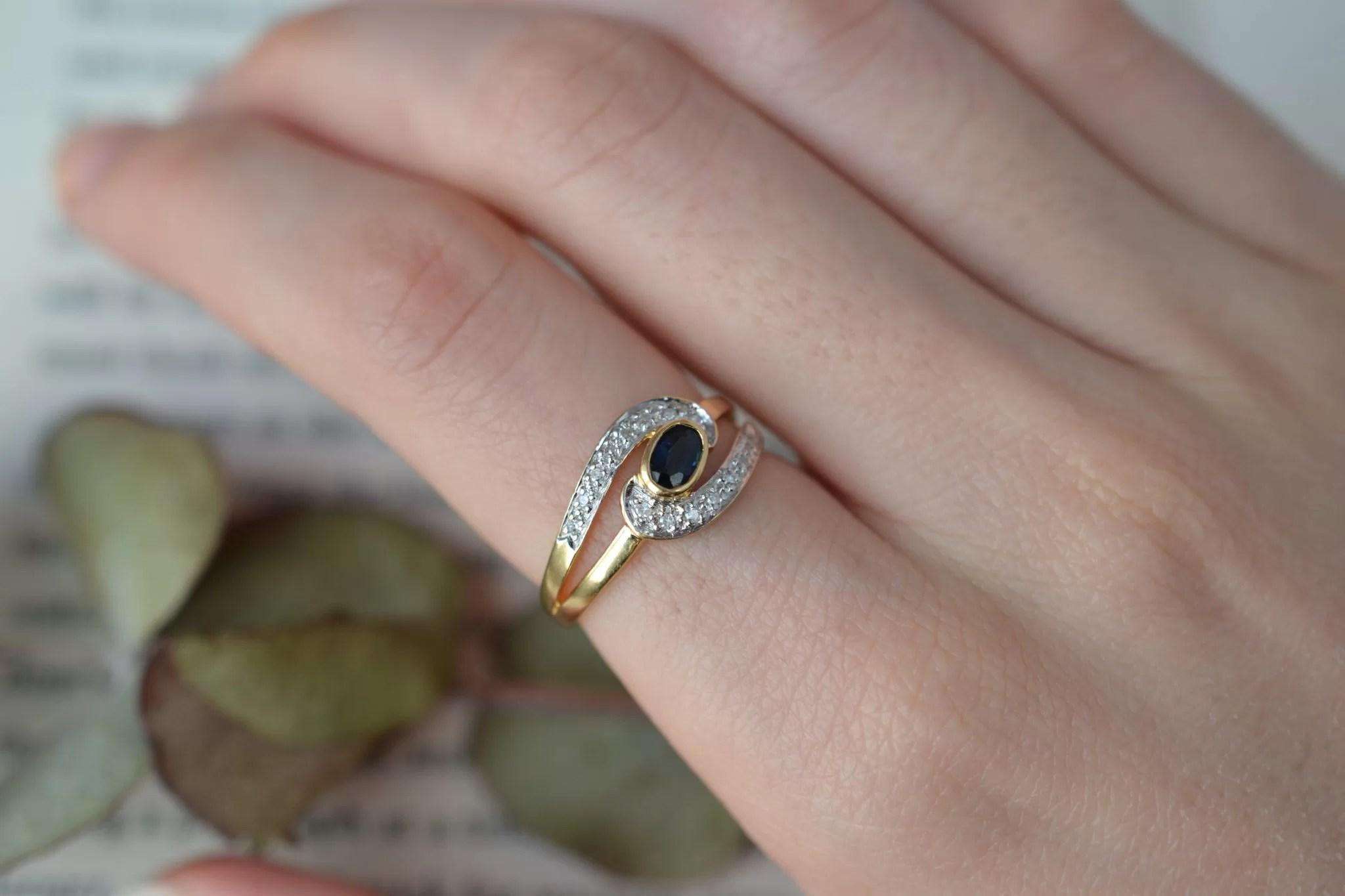 Bague en Or jaune ornée d_un Saphir sur un motif courbé en Or blanc serti de diamants - bague de seconde main