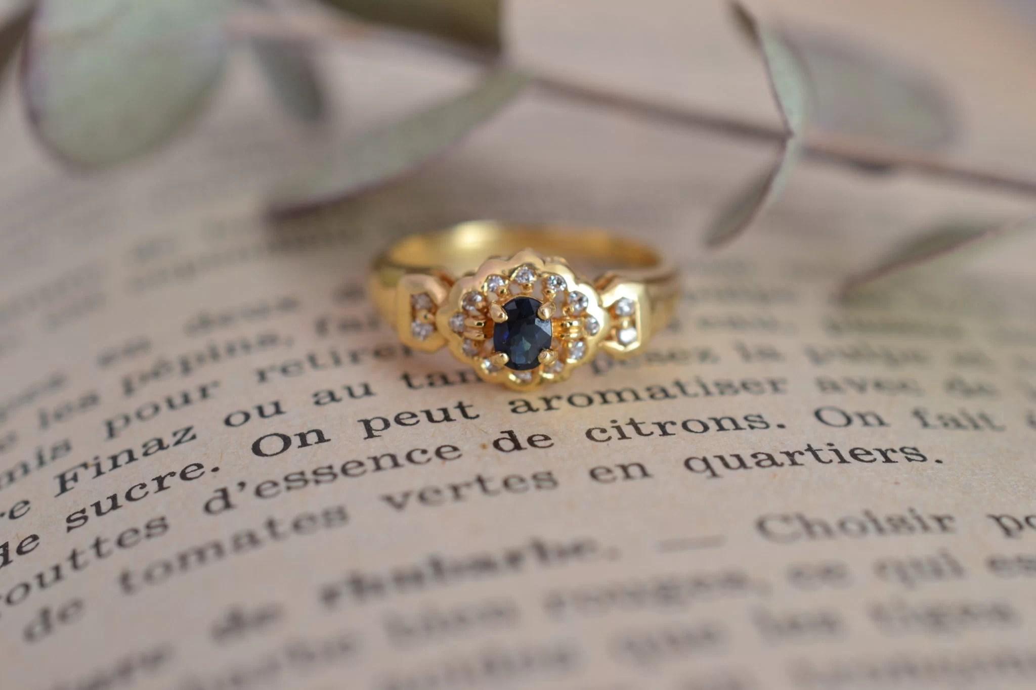 Bague En Or Jaune Sertie D_un Saphir Sur Un Entourage De Diamants - Bague éthique