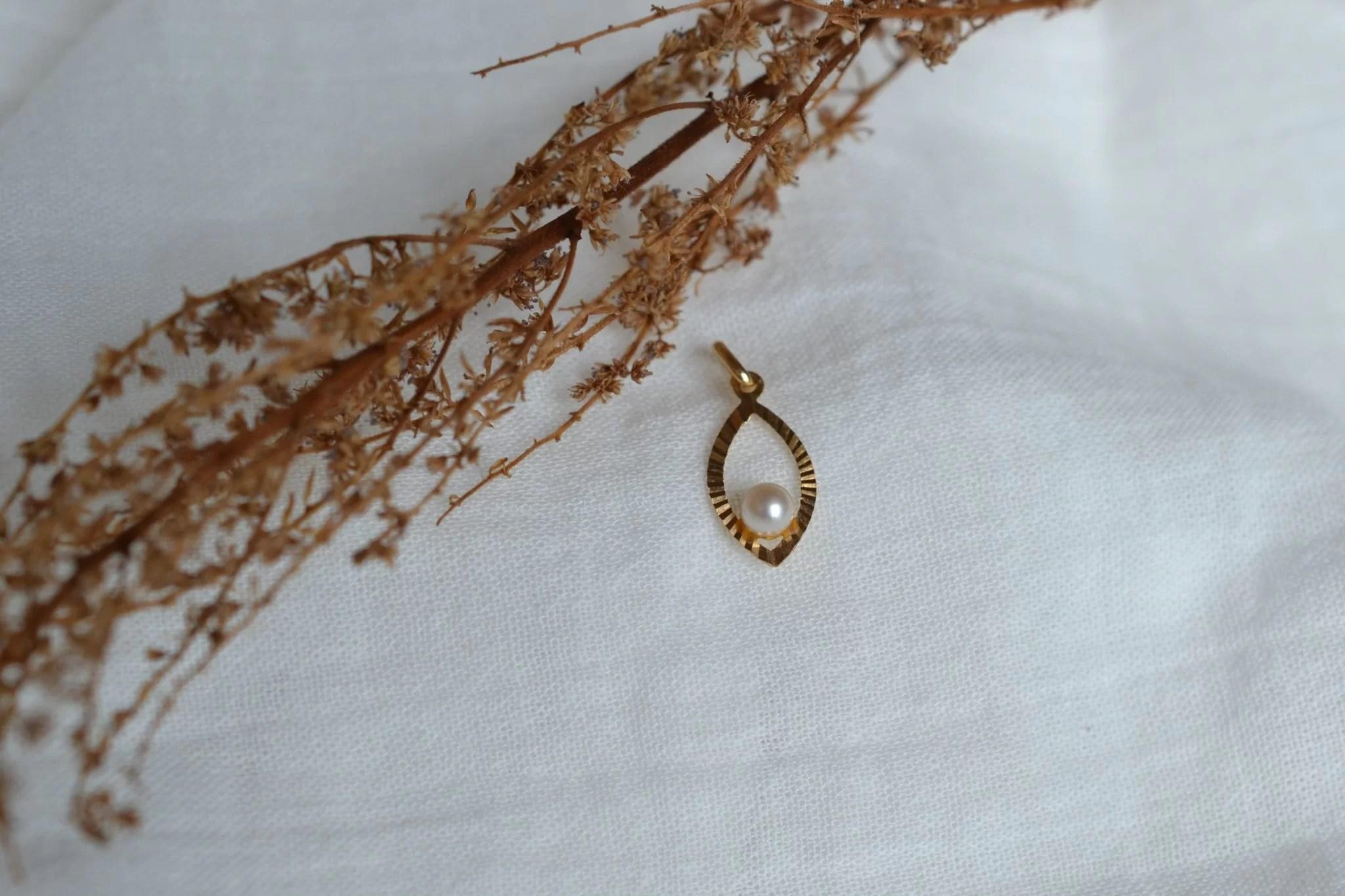 Pendentif ajouré en Or jaune en forme de goutte, serti d_une perle - Bijou de seconde main