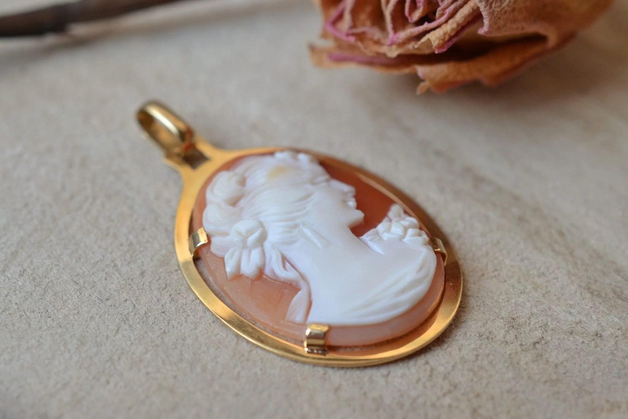 Pendentif en Or jaune serti d_un camée au profil de femme sur une monture ovale lisse - bijou Vintage