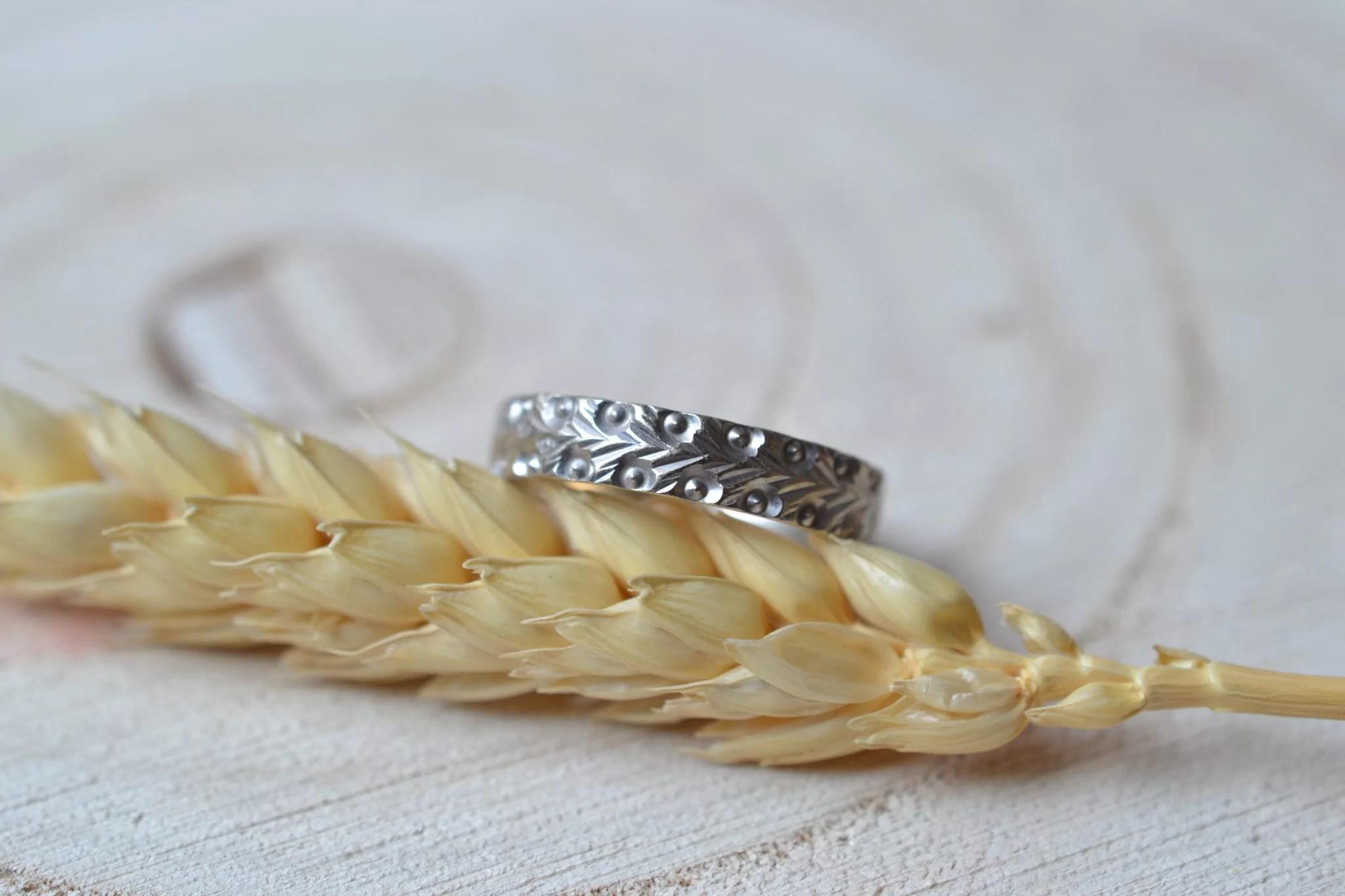Alliance en Or blanc décorée d_un motif à chevrons - Bague de mariage Vintage et éco-responsable