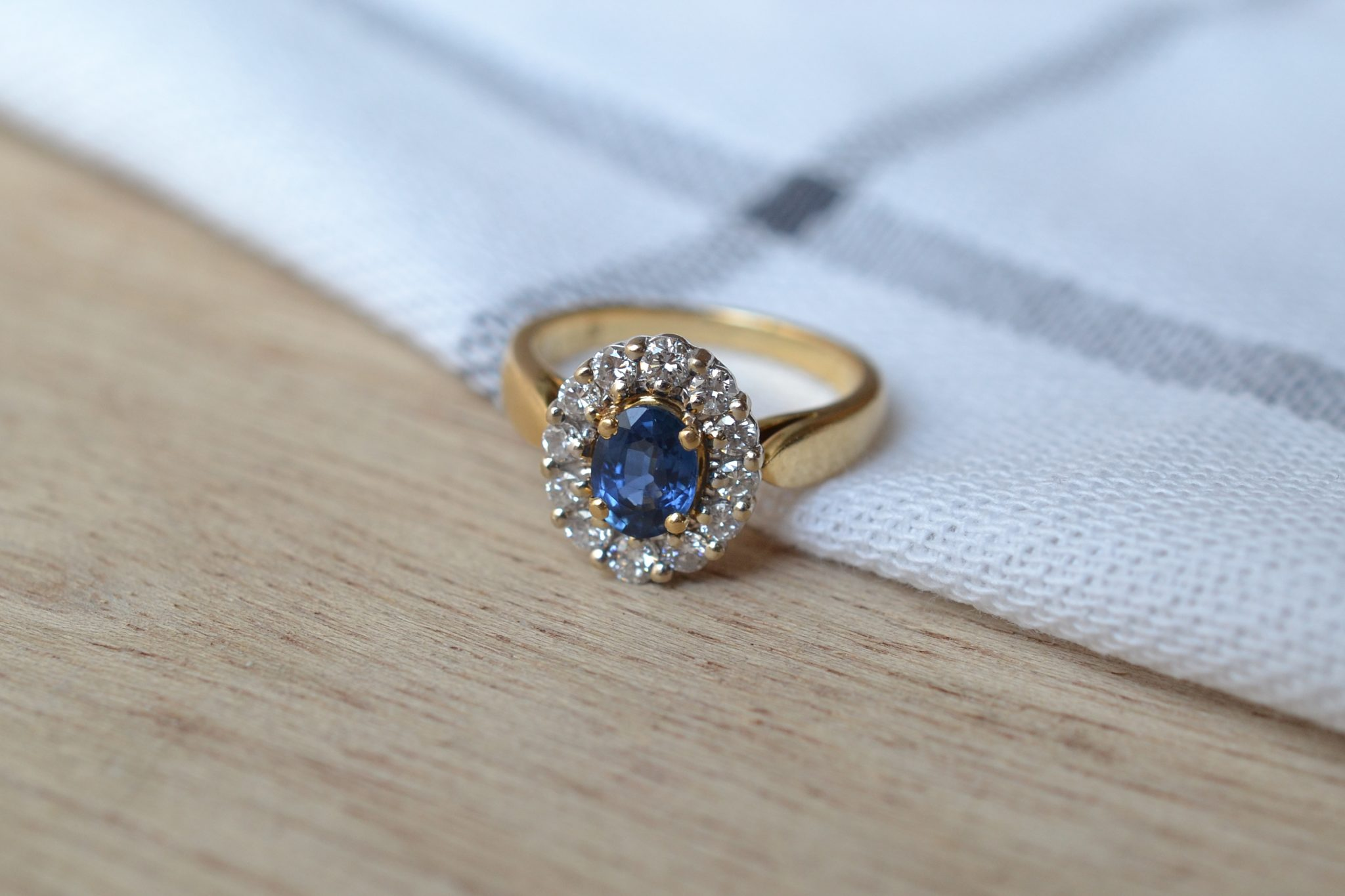 Bague Marguerite En Or Jaune Sertie D_un Saphir Entouré De 12 Diamants - Bague De Fiançailles Vintage
