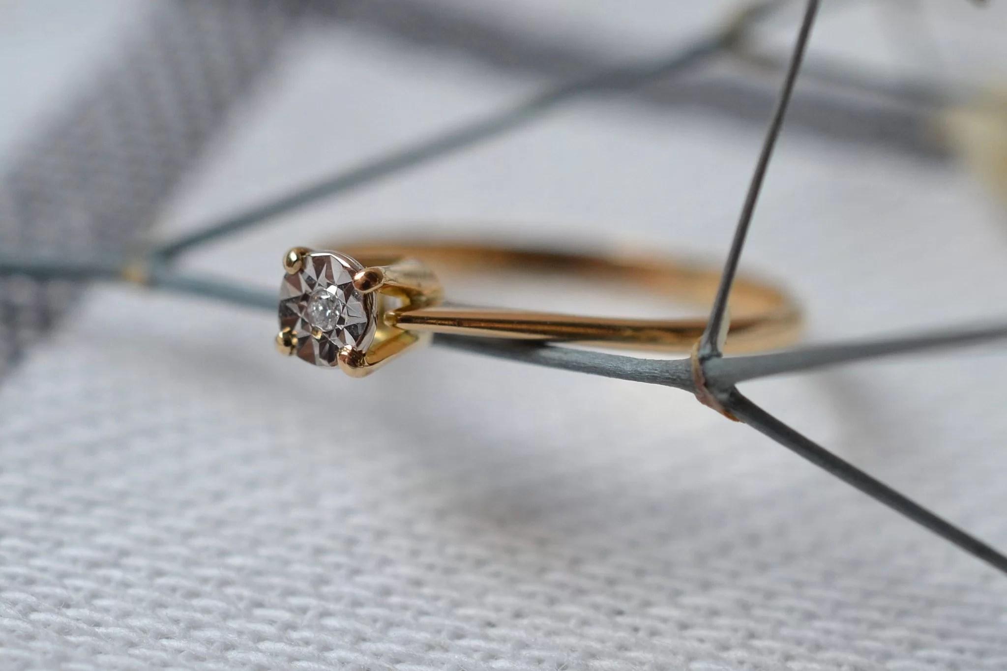 Bague Solitaire En Or Jaune Sertie D_un Diamant - Bague Rétro