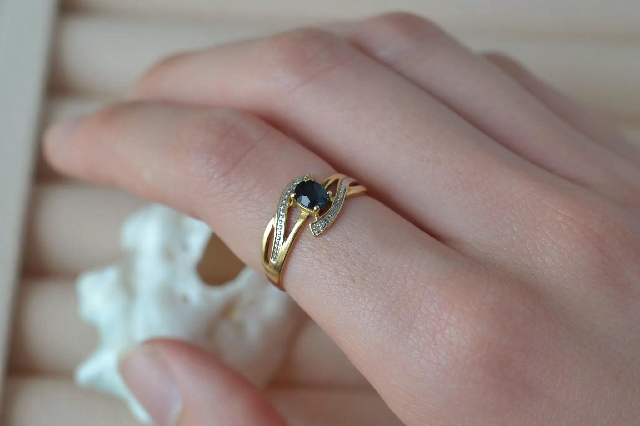 Bague ajourée en Or jaune et Or blanc sertie d_un saphir et de deux petits diamants - bague de seconde main