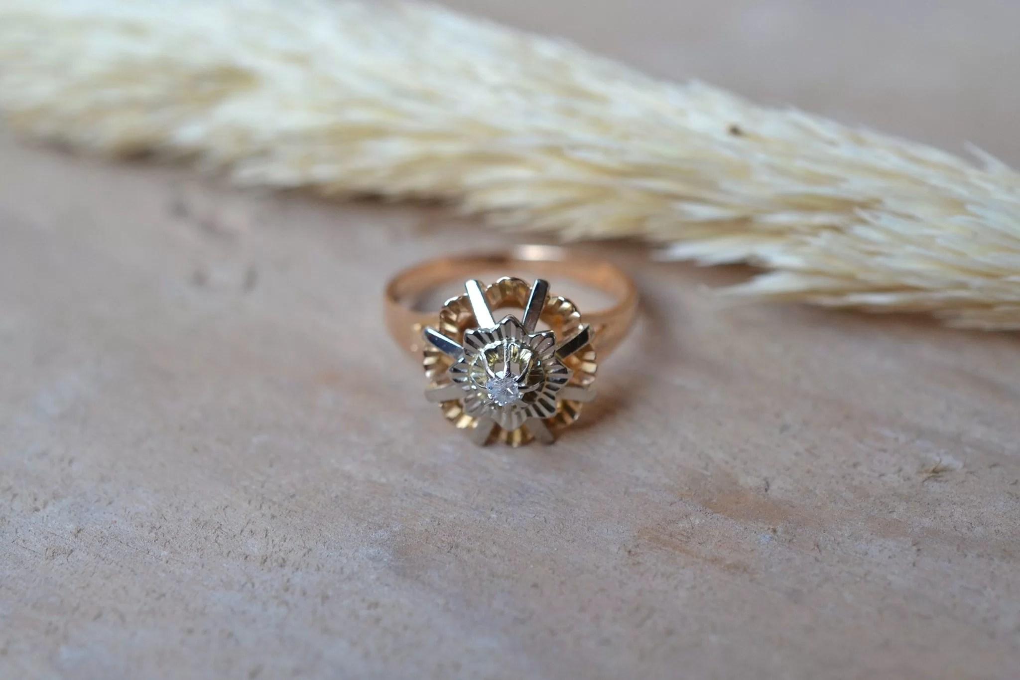 Bague Ciselée En Or Jaune, Sertie D_un Diamant Sur Un Décor En Or Blanc Étoilé - Bague De Fiançailles Vintage