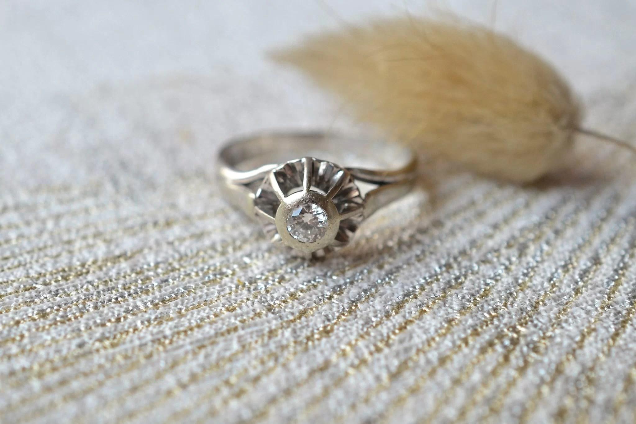 Bague En Or Blanc Ornée D_un Diamant En Solitaire - Bague Ancienne