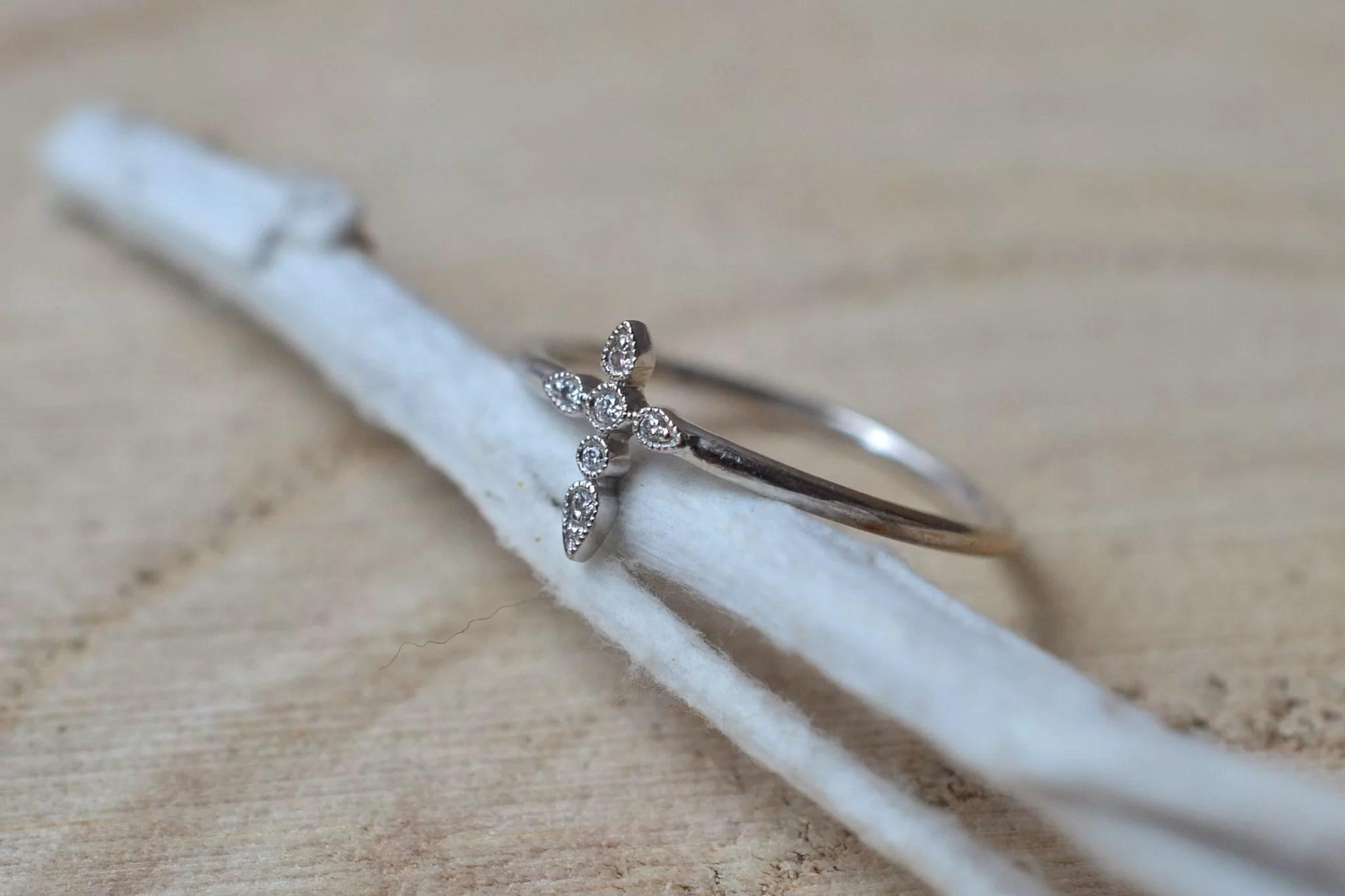 Bague en Or blanc sertie d_une petite bague _Croix_ agrémentée de 6 petits diamants - bague ancienne