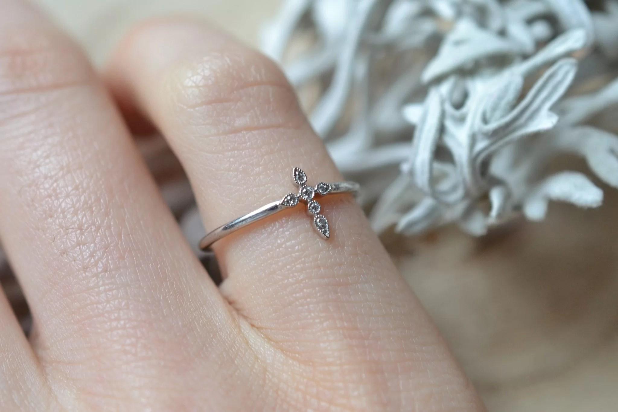 Bague en Or blanc sertie d_une petite bague _Croix_ agrémentée de 6 petits diamants - bague d_occasion