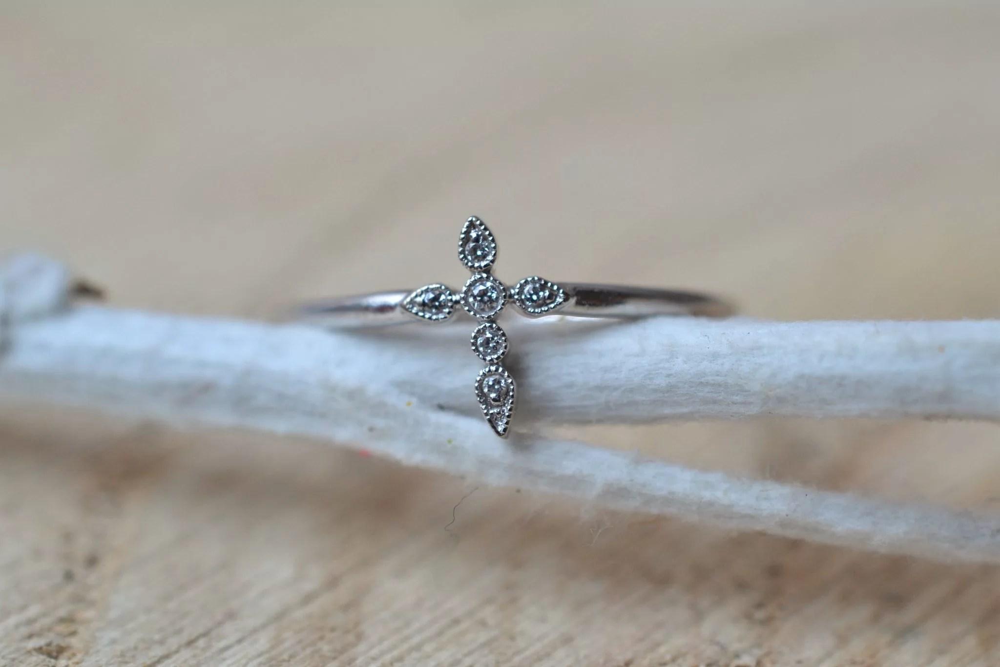 Bague en Or blanc sertie d_une petite bague _Croix_ agrémentée de 6 petits diamants - bague de seconde main