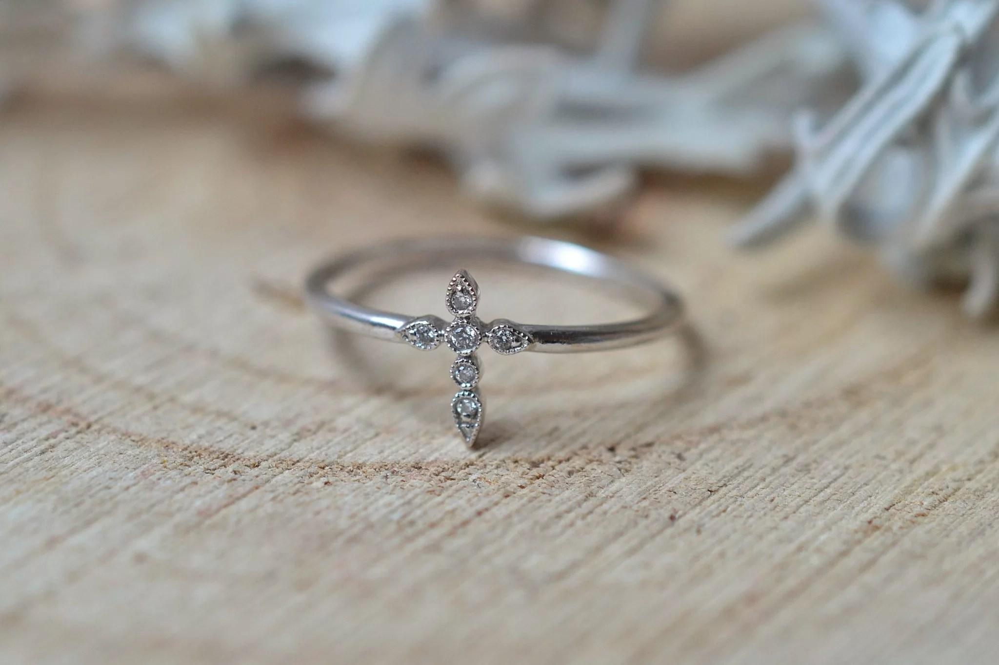 Bague en Or blanc sertie d_une petite bague _Croix_ agrémentée de 6 petits diamants - bague éthique