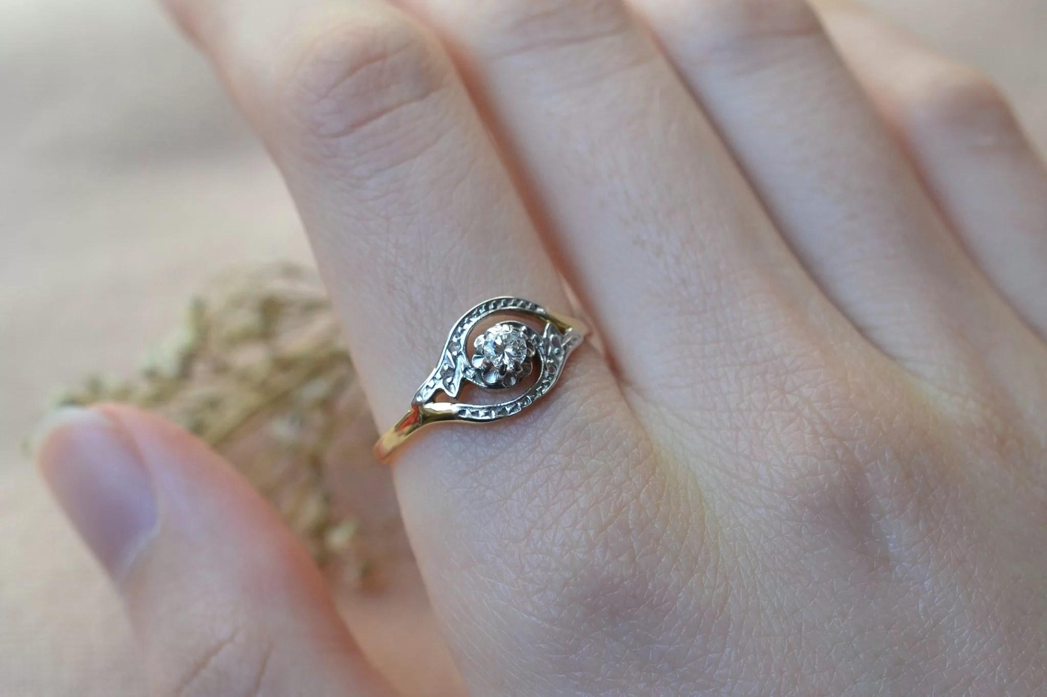 Bague en Or jaune et Or blanc ornée d_un diamant de taille ancienne et de diamants de taille rose - bague d_occasion