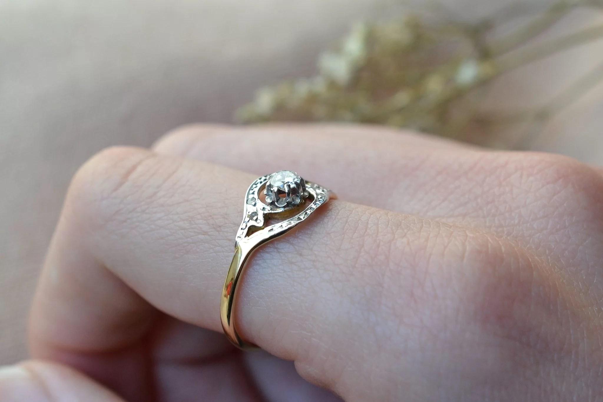 Bague en Or jaune et Or blanc ornée d_un diamant de taille ancienne et de diamants de taille rose - bague de seconde main