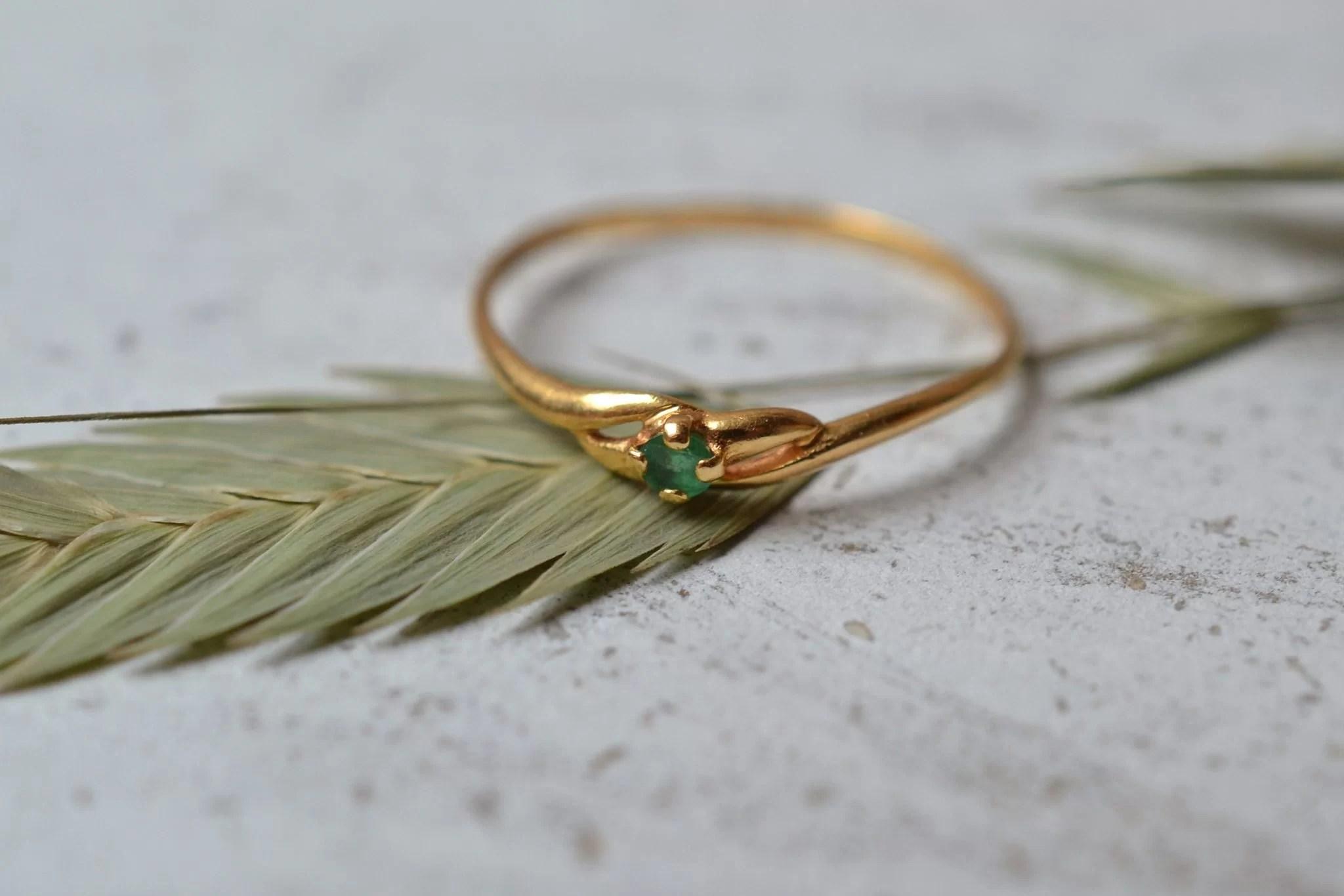 Bague en Or jaune sertie d_une petite pierre verte - bague ancienne