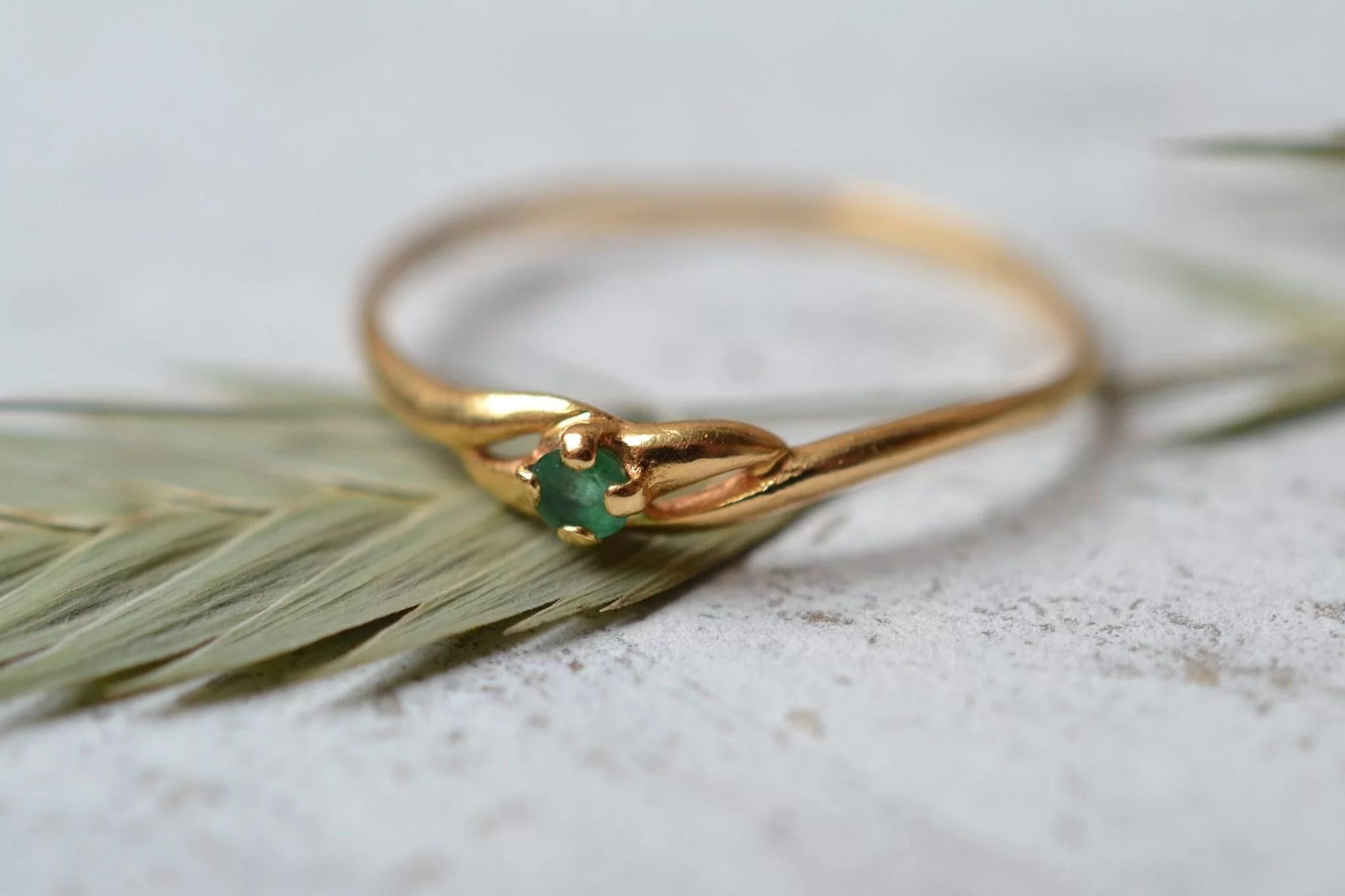 Bague en Or jaune sertie d_une petite pierre verte - bague éthique