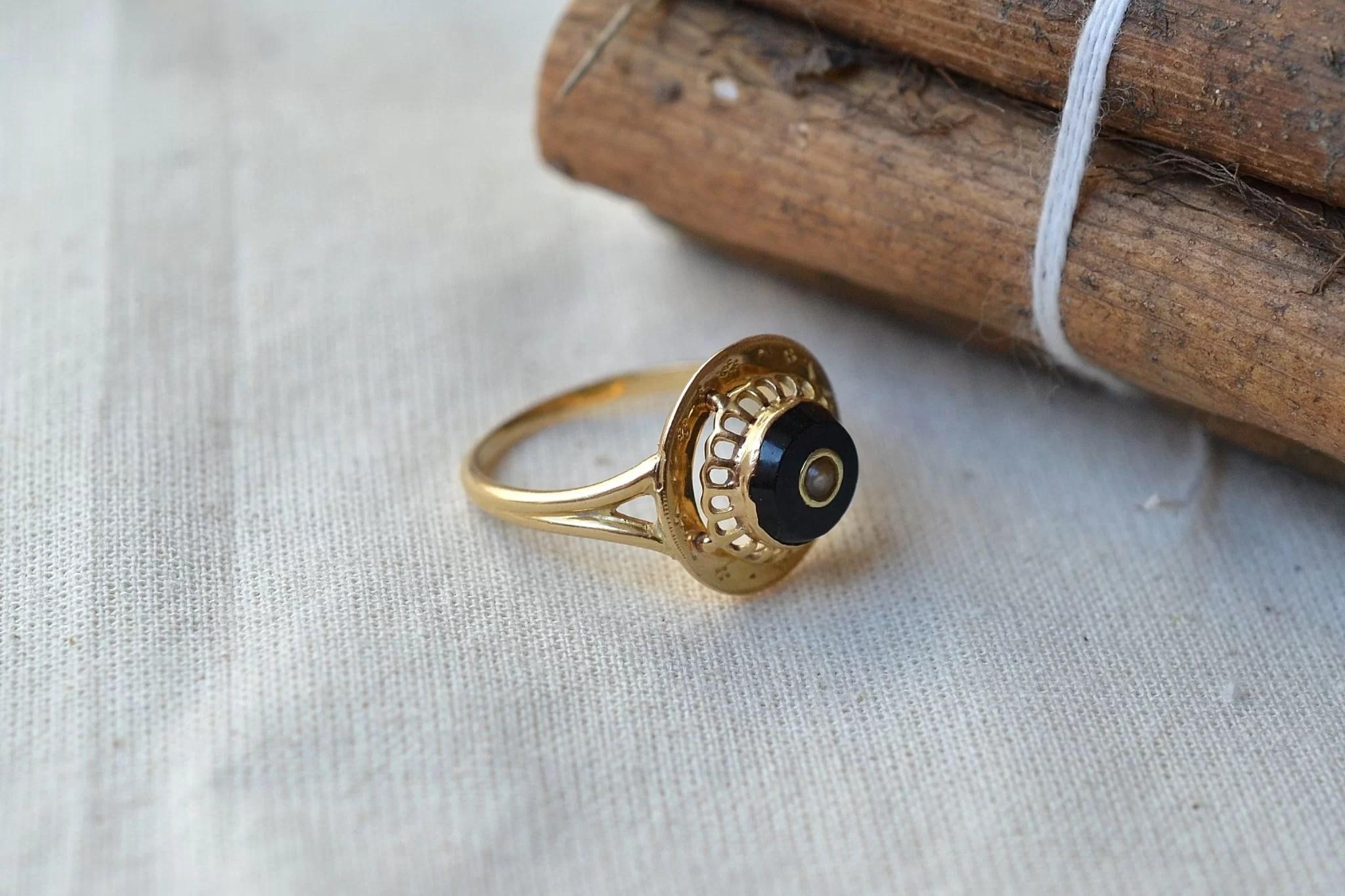 Bague en Or jaune sertie d_une plaque d_onyx noir centrée d_une perle baroque - bague ancienne