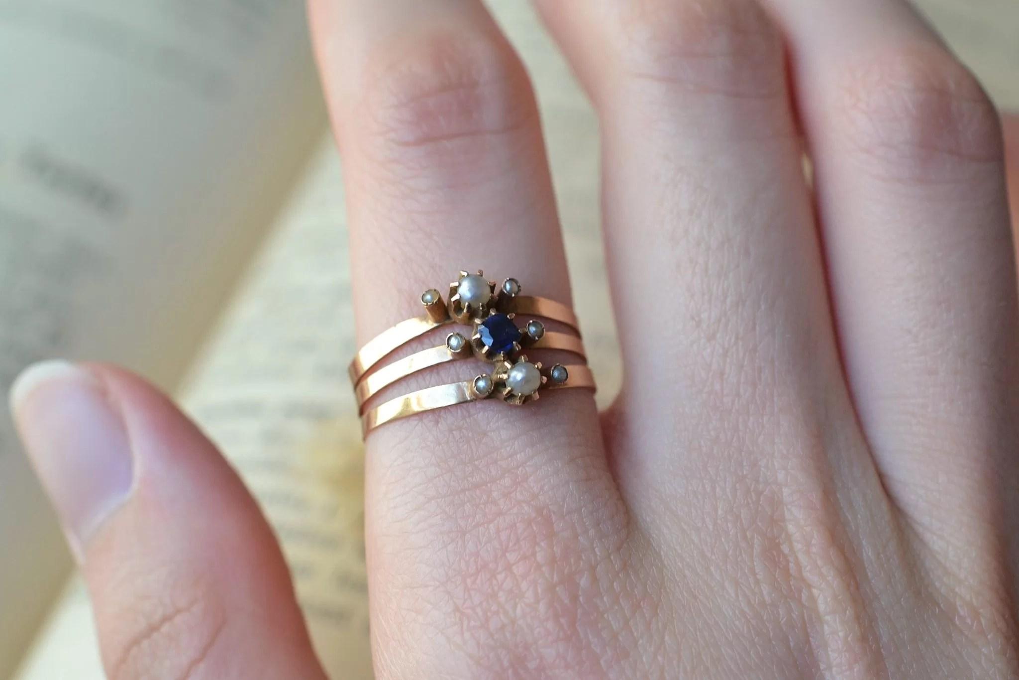 Bague en Or jaune sertie de perles et d_une pierre bleue centrale. Fin XIXe-début XXe - bague d_époque