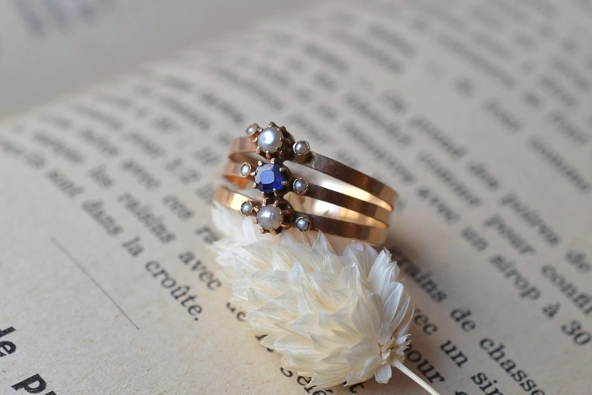 Bague en Or jaune sertie de perles et d_une pierre bleue centrale. Fin XIXe-début XXe - bague de fiançailles Vintage