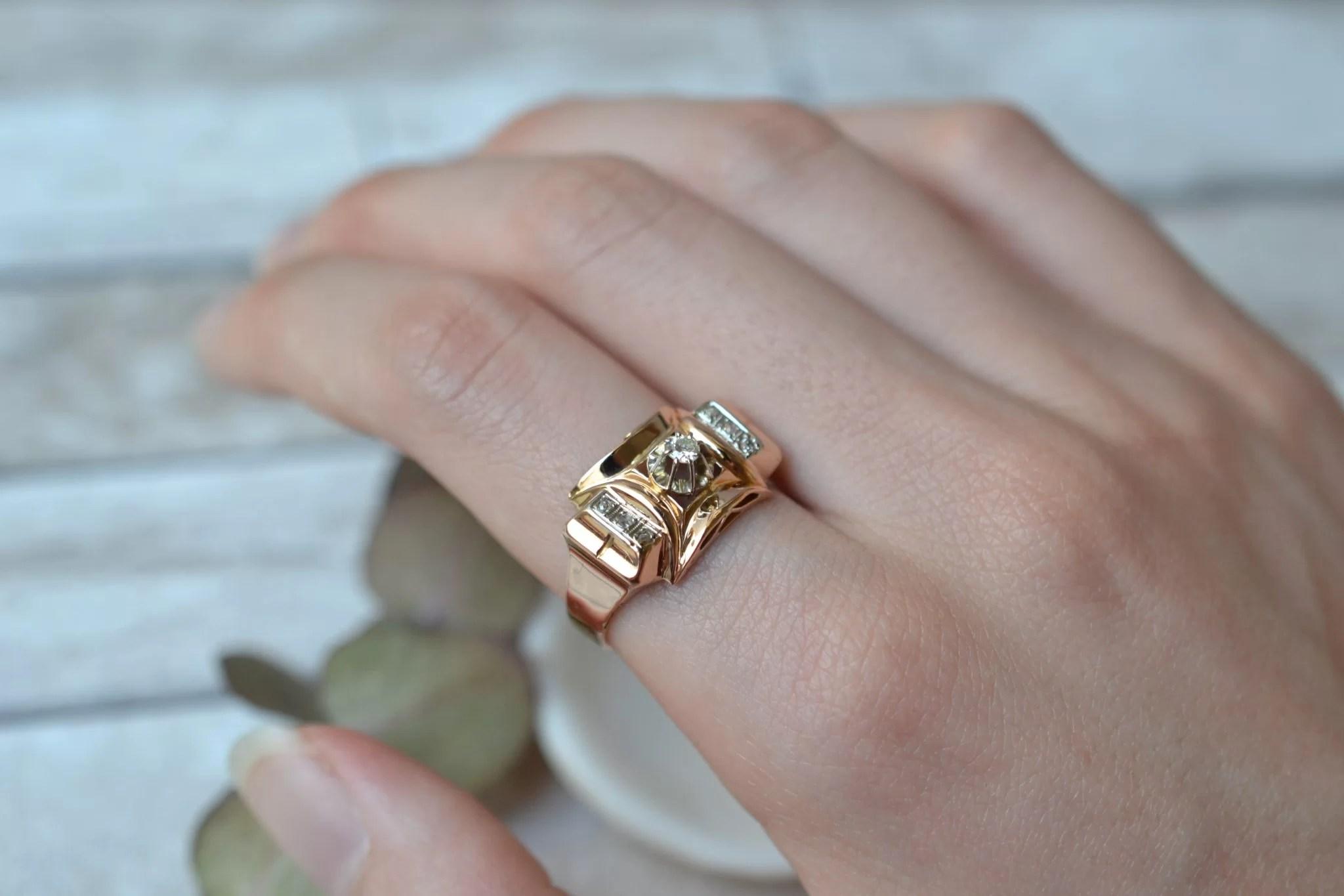 Bague en Or jaune style Tank ornée d_un diamant central, épaulé de deux bandes de diamants - bague d_occasion