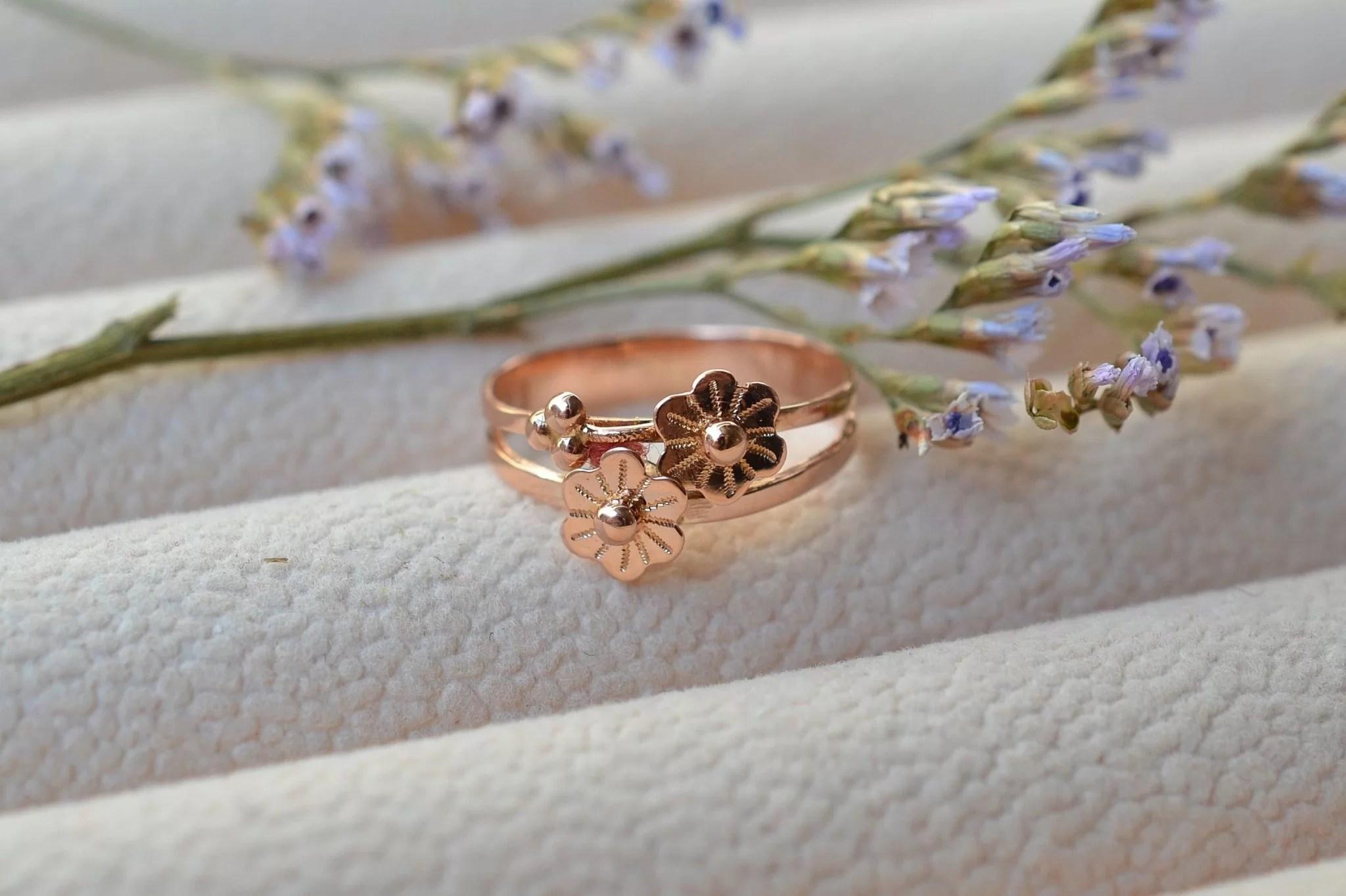 Bague en Or rose à décor de deux fleurettes. début XXe - bague éthique et éco-responsable