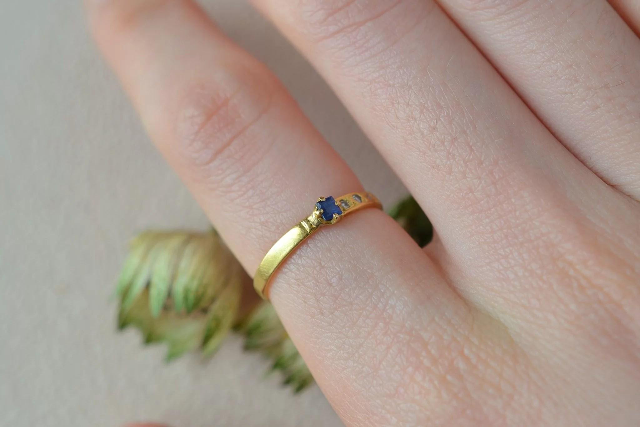 Bague fine en Or jaune sertie d_un saphir carré accompagné d_un trio de diamants - bague d_occasion