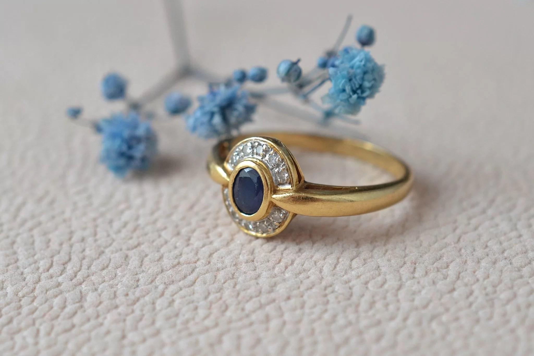 Bague Monture En Or Jaune Sertie D_un Saphir Dans Un Entourage De Diamants Taille 8_8 - Bague Ancienne