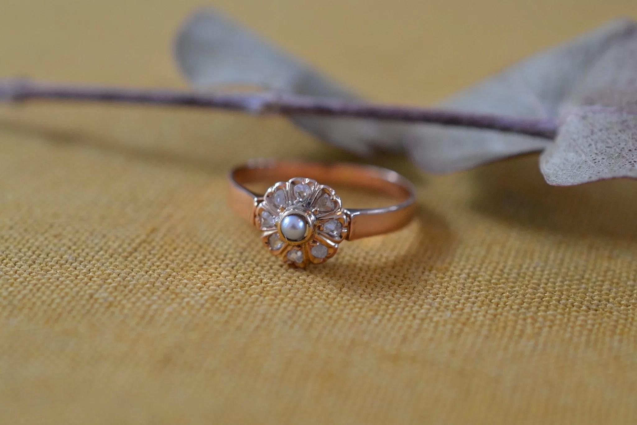 Bague Circulaire En Or Rose Sertie D_une Perle Accompagnée De Diamants - Bague Ancienne