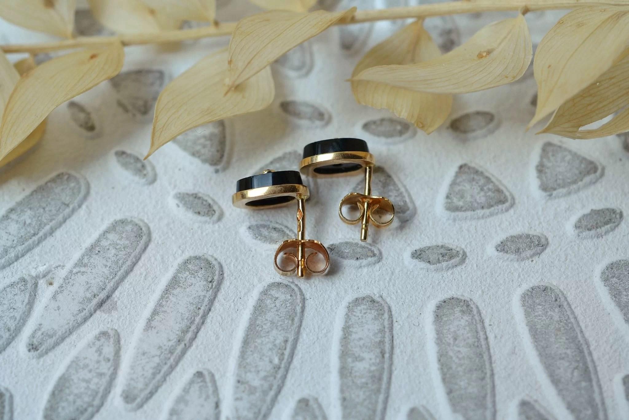 Paire de boucles d_oreilles en Or jaune rosé, serties toutes les deux d_une plaque d_Onyx agrémentée d_un diamant - bijoux Vintage