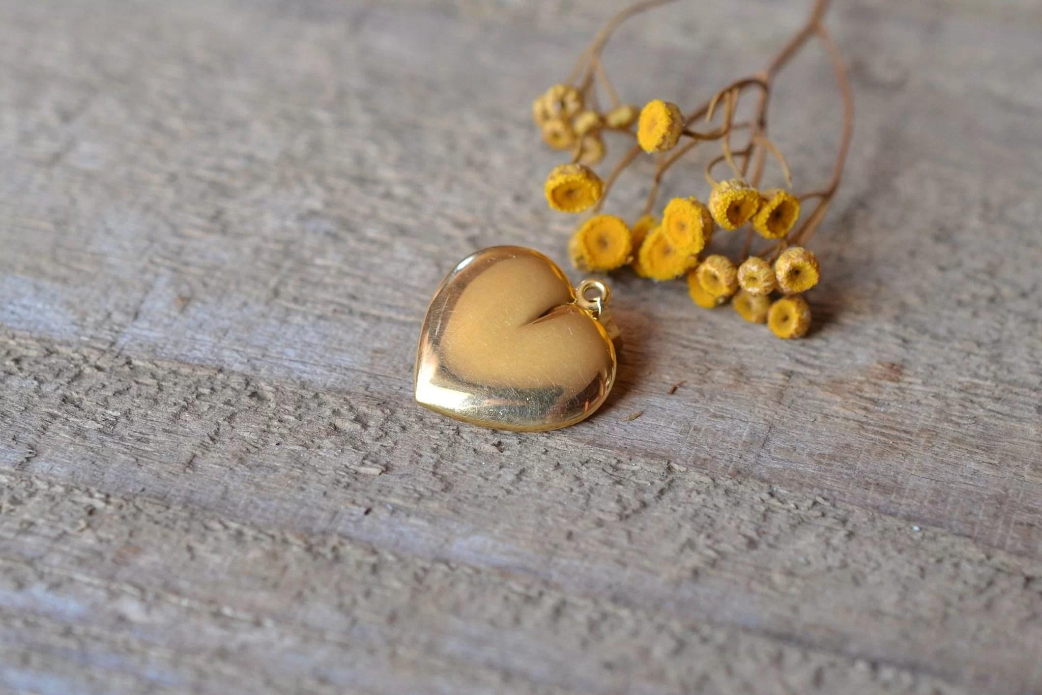 Pendentif cœur en Or jaune serti d_un cabochon de saphir au centre - bijou Vintage