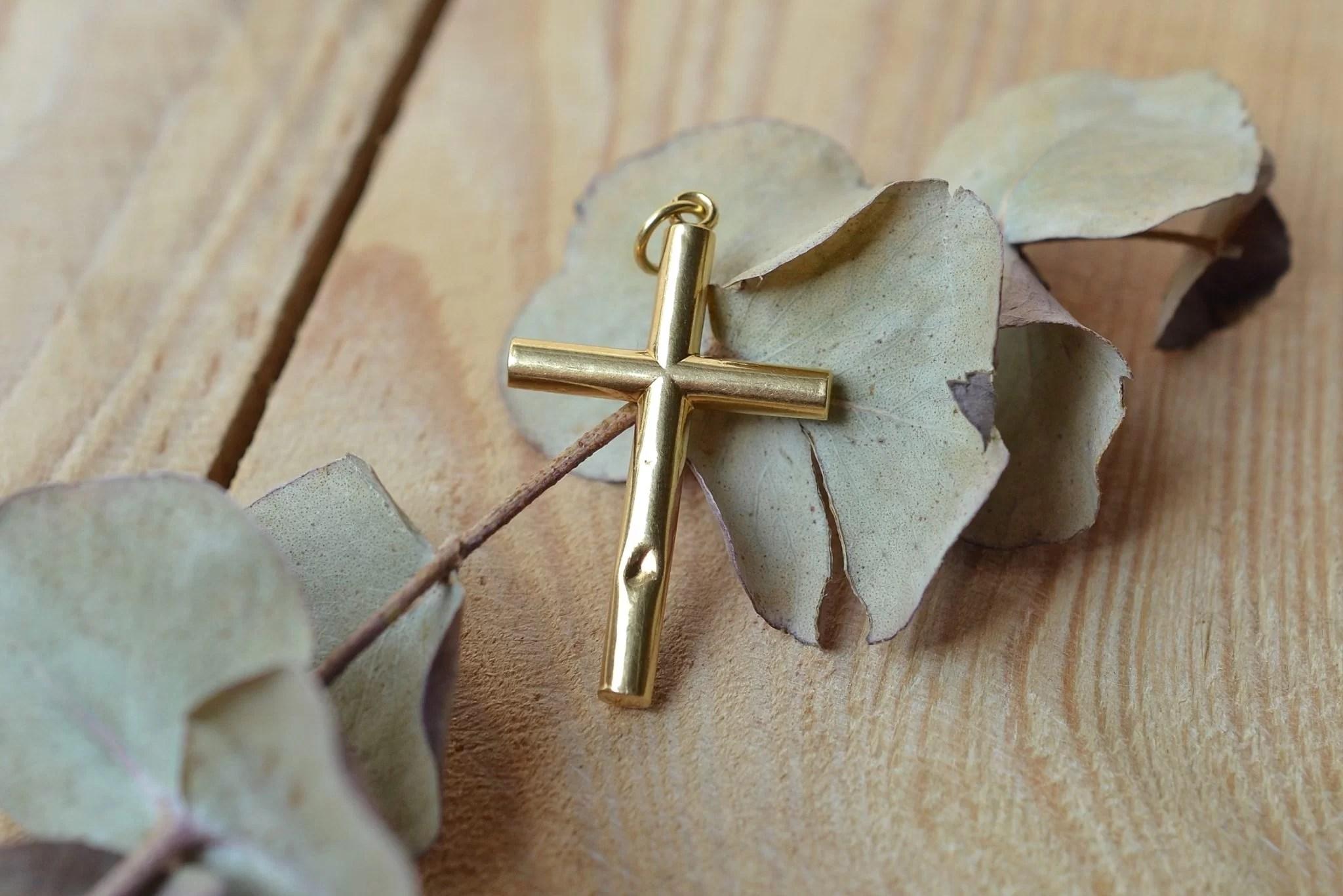 Pendentif croix en Or jaune émaillé - bijou éthique et éco-responsable