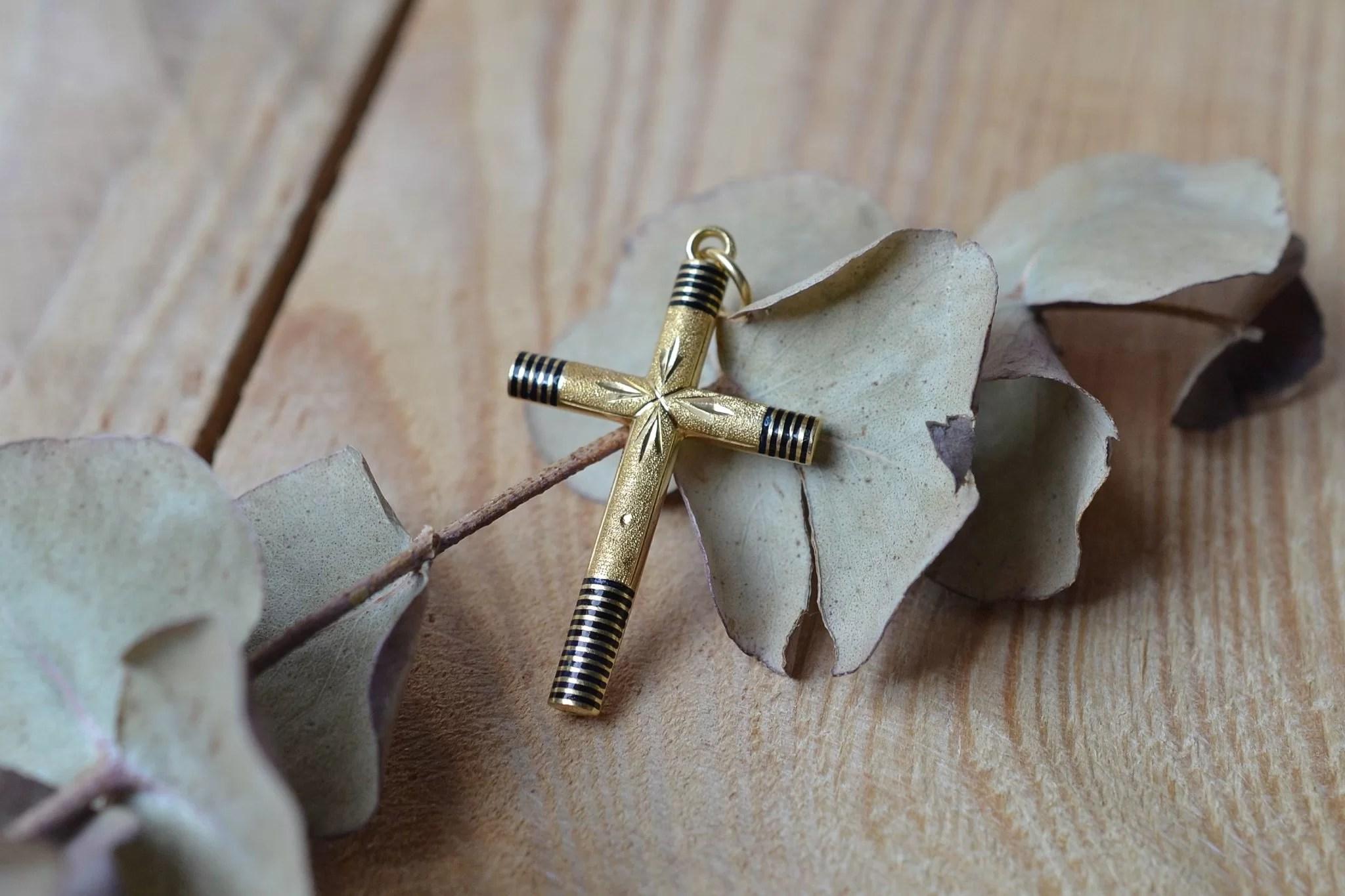 Pendentif croix en Or jaune émaillé - bijou vintage