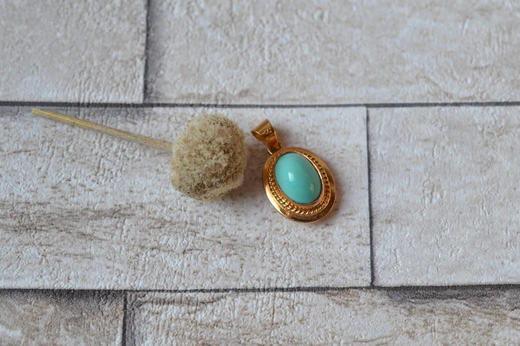 Pendentif en Or jaune centré d_une turquoise en serti-clos - bijou de rétro