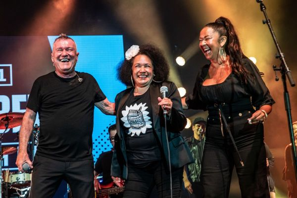 Jimmy Barnes with Vika and Linda photo by David Harris