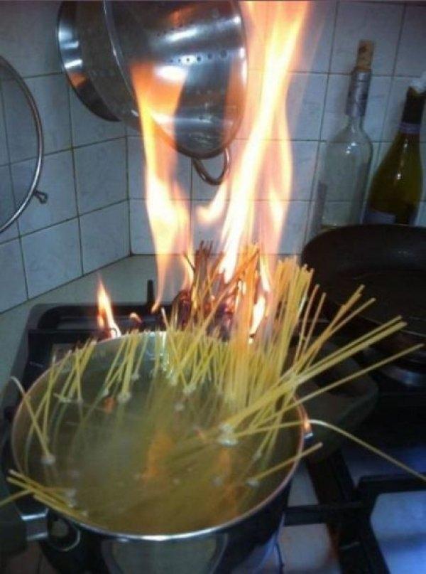 Studentesse cucinano la pasta senza acqua