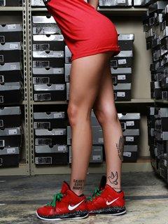 Картинка девушка в кроссовках Найк (Girl in Nike Sneakers ...