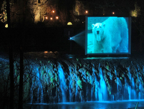 Eisbär am Wasserfall