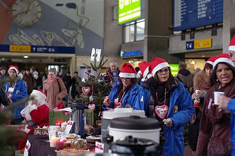Ein weiteres Projekt desVereins: Zur Weihnachtszeit verteilen die Mitgliederjedes Jahr amHeidelberger HauptbahnhofWeihnachtspäckchen an Wohnungslose, mit denen ihnen auchein ganz persönlicher Wunsch erfüllt wird. (Foto: Rouge & Noir)