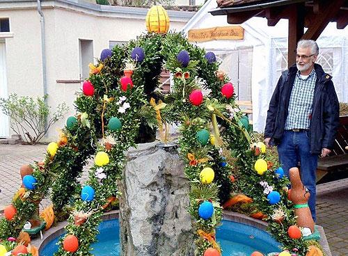 Osterkrone schmueckt Binauer Dorfplatz