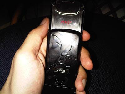 Detalle del logo ROKR en la parte posterior del slide - Motorola ROKR EM25