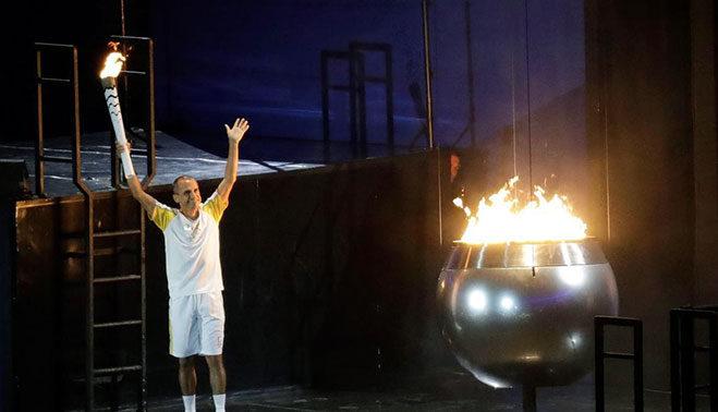 vanderlei-de-lima-encendiendo-la-pebetero-olimpica