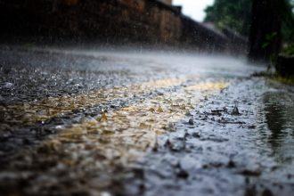 Come guidare sotto una pioggia battente
